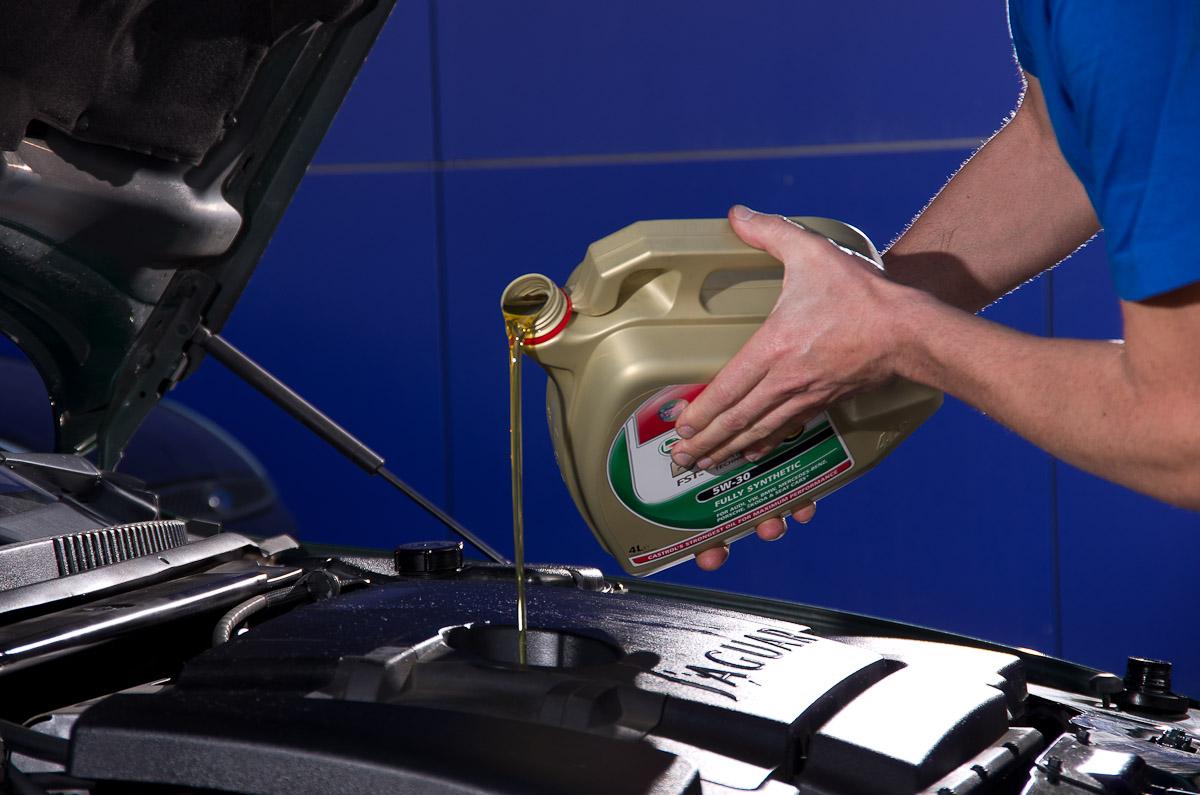 Nuestro taller mecánico te aconseja para elegir el mejor aceite